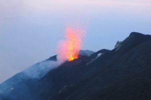 eruzione vista dalla sommità del cratere